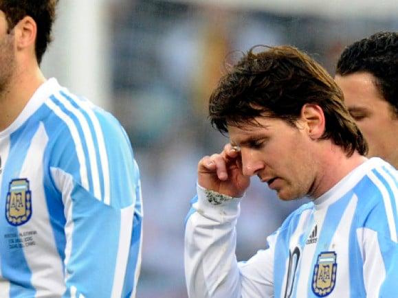 Messi und Kollegen (links Gonzalo Higuain) verlassen das Spielfeld beim Viertelfinale ARG vs. GER. Foto: Oliver Lang/ ddp.