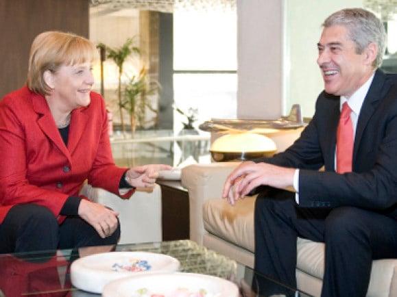 José Sócrates wurde abgewählt und wird ab sofort nicht mehr in so guter Laune mit Frau Merkel an einem Tisch sitzen. Foto: Bundesregierung/Bergmann /dapd.