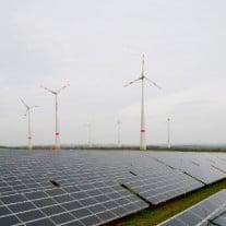 Strom aus Solar- oder Windenergie fließt auch bei Ökostromkunden nicht automatisch aus der Steckdose. / Foto: © Lukas Barth/dapd