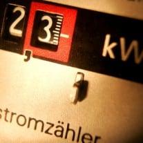 Der Stromzähler rasselt. Wer legt die Preise für den Strom fest? Foto: © Norbert Millauer/dapd.