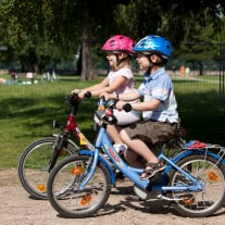 Helmpflicht hin oder her: Kinder sollten in jedem Fall einen Helm tragen - die Erwachsenen können mit gutem Beispiel vorangehen. Foto: Children Cycling/ European Cyclists' Federation | flickr | Lizenz: CC BY 2.0