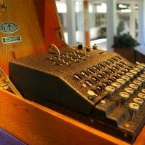 Die Verschlüsselungsmaschine Enigma galt lange Zeit als besonders sicher - bis sie schließlich geknackt wurde.  Foto: Enigma Machine (Bletchley Park) von Tim Gage bei Flickr Lizenz: CC BY-SA 2.0
