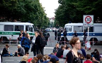 Die Straßen rund um die besetzte Gerhart-Hauptmann-Schule sind weiterhin von Polizeisperren geprägt. Foto: #Ohlauer Räumung / Protest 27.06.14 // Wiener / Ohlauer Straße/ credits: mw238 <a href