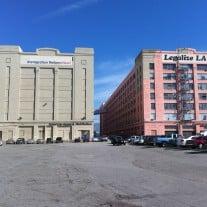 Blick auf zwei Gebäude der US-Textilfirma American Apparel. Das Unternehmen produziert in der Innenstadt von Los Angeles. Foto: American Apparel | Quelle  commons.wikimedia.org Lizenz |  CC BY-SA 3.0