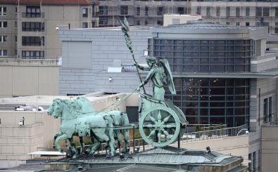 Die US-Botschaft hinter der Quadriga des Brandenburger Tores. Letzteres ein Symbol der Freiheit – ersteres inzwischen eines für Überwachung? / Foto: John MacDougall (AFP)