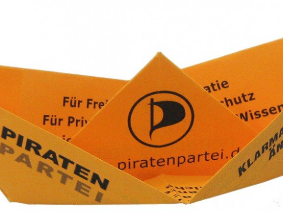 Piratenpartei-Flyer als Papierschiff