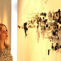 Die Weltkarte zeigt, wo die verschiedenen Modemarken ihre Textilien produzieren lassen. Foto: Annika Lampe/Friederike Palm