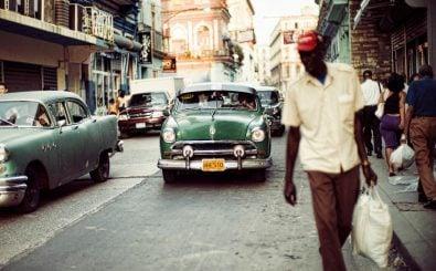 Kitschige Kuba-Vorstellung: alte amerikanische Autos, blättrige Fassaden und Zigarre rauchende Kubaner. Der Alltag auf Kuba ist, trotz gelockertem Embargo, noch immer entbehrungsreich. Foto: Cuba's Incredible Vintage Cars CC BY 2.0 | Christopher Michel | Flickr.com