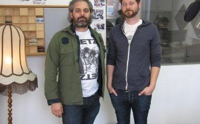Dan Mangan (rechts) und Gitarrist Gordon Grdina zu Gast im Studio. Foto:  detektor.fm.