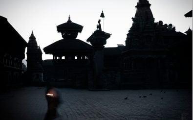 Bhaktapur 2012. Das hohe Gebäude rechts im Bild gibt es nicht mehr: es wurde vom Erdbeben im April 2015 zerstört. Foto: Nepal #4 – in memory of CC BY 2.0 | Elivagar / flickr.com