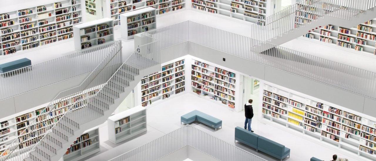 Hort des Wissens und Hilfe bei der Integration: viele Bibliotheken wollen den geflüchteten Menschen in Deutschland mit unbürokratischen Angeboten helfen. Foto: Library Stuttgart CC BY-SA 2.0 | Sönke Biehl / flickr.com