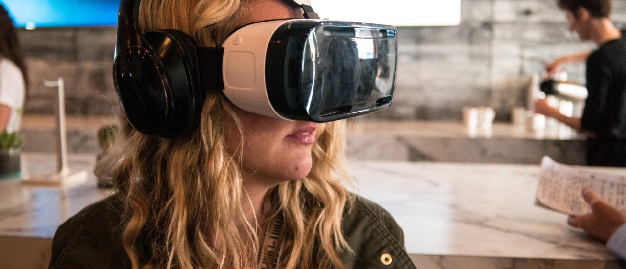 Foto: Woman Using a Samsung VR Headset at SXSW | Nan Palmero / flickr.com (CC BY 2.0)