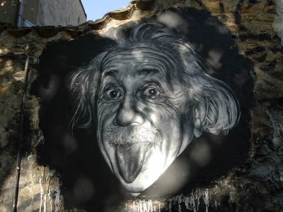 Das ikonische Bild von Einstein als Graffiti. Wem er wohl die Zunge herausstreckt? Vielleicht dem Mainstream der Physik zu Beginn des 20. Jahrhunderts? Jedenfalls revolutionierte er das physikalische Weltbild. Foto: Albert Einstein painted portrait _DDC9392 / credit: CC BY 2.0 | thierry ehrmann / flickr.com