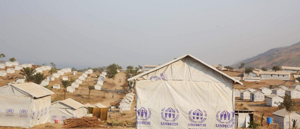 Eins von vielen Flüchtlingscamps des UNHCR – die Camps stehen zwar, doch das Geld, um die Flüchtlinge darin zu versorgen, wird knapp. Foto: UNHCR refugee hut / Credits: MONUSCO / Abel Kavanagh CC BY SA 2.0 | Abel Kavanagh / flickr.com