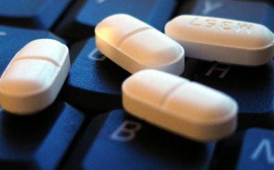 Für manche die beste Medizin: Krankheiten im Internet googlen. Foto: Pills CC BY-SA 2.0 | mattza / flickr.com