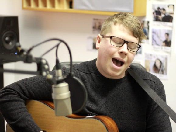 "Adam Thompson von We Were Promised Jetpacks singt ""Peace Sign"" im detektor.fm-Studio. | Foto: detektor.fm"