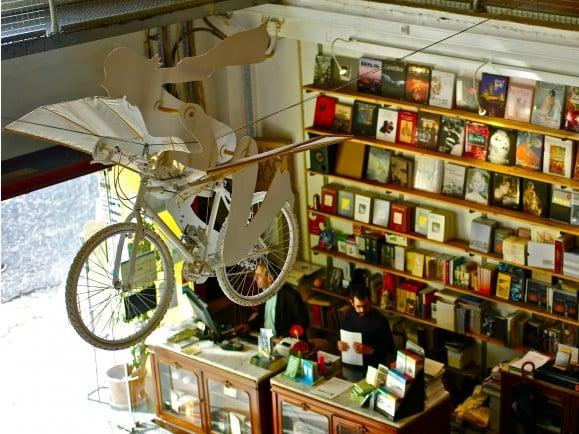 Im Buchladen ist es möglich: Fliegende Fahrräder. Foto: Ler Devagar (Slow reading) bookshop, Lisbon Factory, Alcantara, Lisbon, Portugal. CC BY 2.0 | Pedro Ribeiro Simões