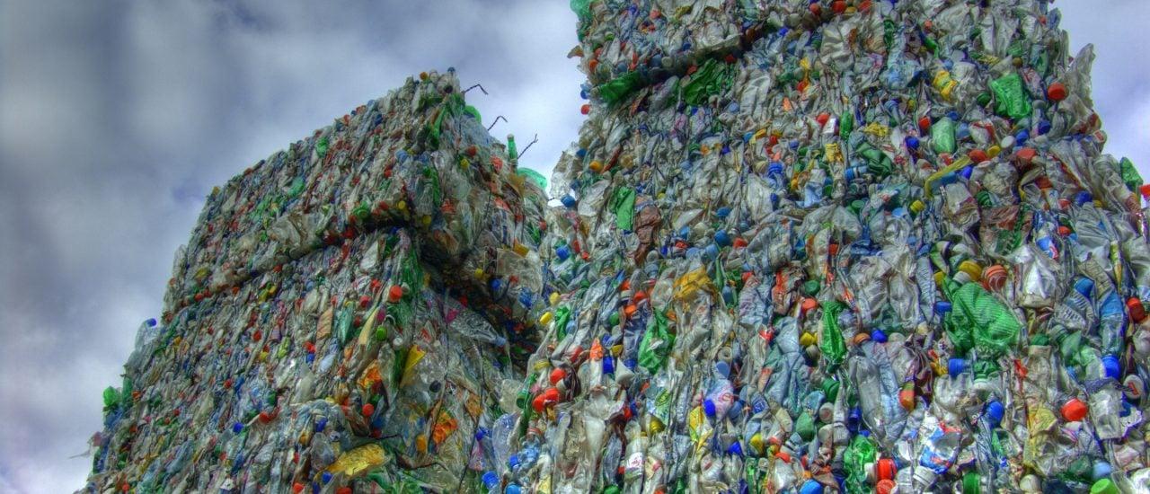PET-Flaschen sind in Entwicklungsländern ein großes Müllproblem. Dabei sind Plastikflaschen ein hervorragendes Baumaterial. Foto: Petrecycling CC BY SA 2.0 | Martin Abegglen