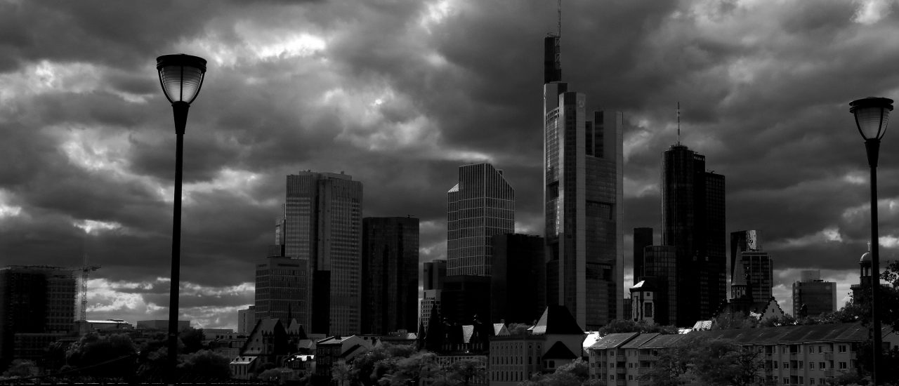 Foto: Frankfurt am Main – Dark clouds coming up over banking district | CC BY 2.0 | Picturepest | flickr.com.