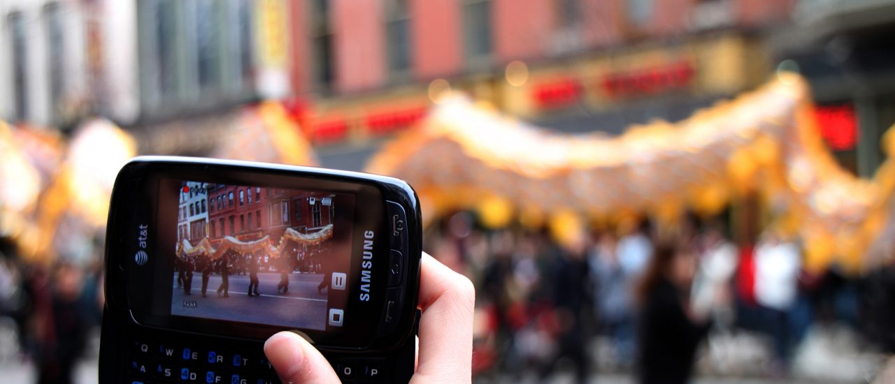 Aufnehmen geht noch, aber ein Video bei 56 KBit/Sekunde irgendwo hochladen, wird zur Geduldsprobe. Foto: Chinese New Year Smartphone CC BY-ND 2.0 | Mr.TinDC / flickr.com