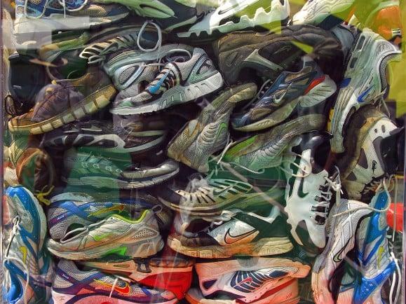 Ein Schuhregal hilft gegend das Chaos. | Nike Sneaker pileup | CC BY 2.0 | Don Hankins / flickr.com