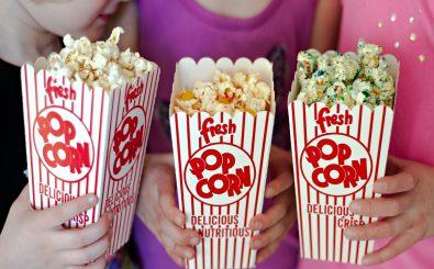 Popcorn ist ein guter Anfang. Für den perfekten Filmabend im eigenen Heimkino braucht es allerdings ein wenig mehr. Foto: Girls with popcorn CC BY 2.0 | Personal Creations / flickr.com