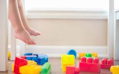 Ein Baby braucht nicht nur jede Menge Spielzeug, sondern vor allem viele Windeln. Und mit dem richtigen Wickeltisch macht Eltern wie Kindern das Wickeln gleich mehr Spaß. Foto: Lego Feet CC BY 2.0 | Donnie Ray Jones / flickr.com