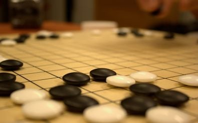 Schwarze und weiße Steine als Härteprüfung für ein neuronales Netzwerk. Foto: Game of Go in our club. | CC BY 2.0 | Jaro Larnos / flickr.com.