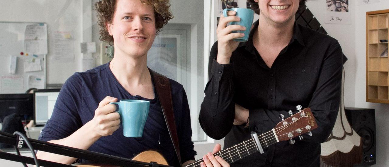 L'aupaire (rechts) mit Gitarrist Jonathan Reiter und Kaffe im Studio. Foto: detektor.fm