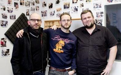 "Sascha Lange (l.) und Jan ""Monchi"" Gorkow (r.) mit detektor.fm-Moderator Rainer Maria Jilg . Foto: detektor.fm | Kati Zubek"