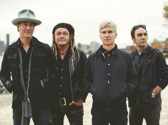 Selbst ein bisschen überrascht, dass es die Band schon 20 Jahre gibt - Matthew Caws (3.v.l.) von Nada Surf. Foto: PR