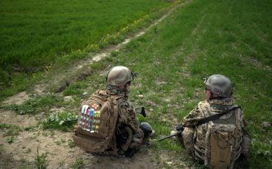 Bilder von bewaffneten Bundeswehrsoldaten kennt man bisher in erster Linie aus dem Ausland. Foto: AFP | Johannes Eisele.