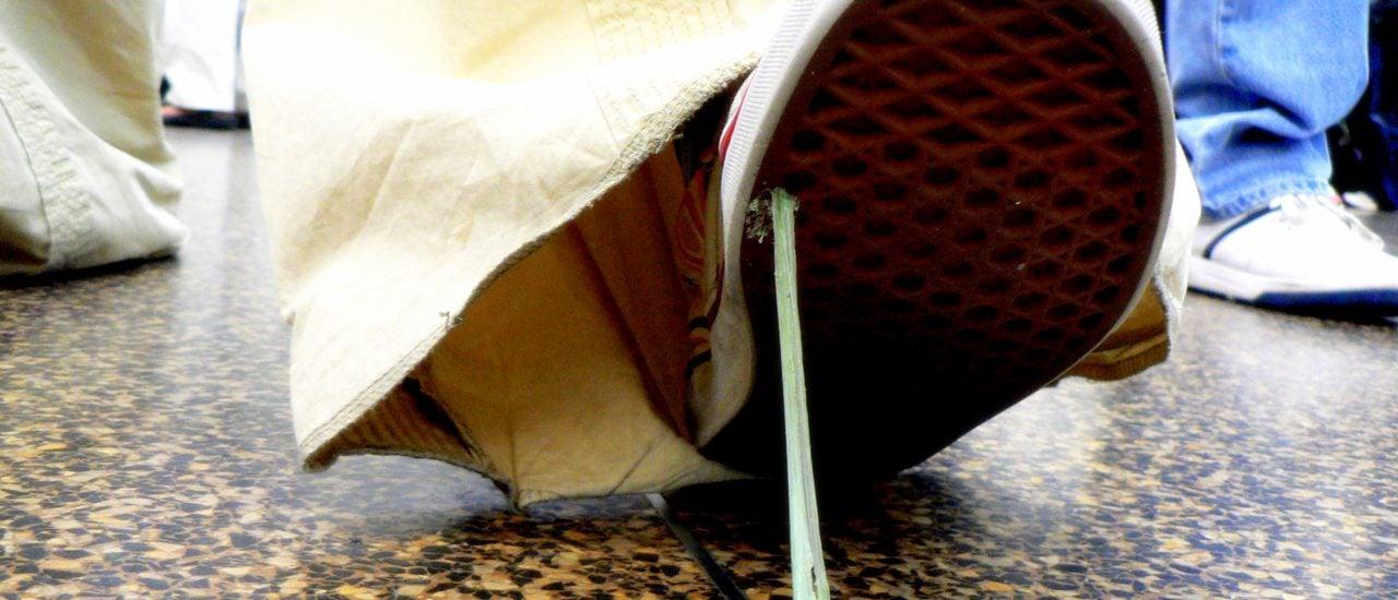 Unterm Schuh ist ein Kaugummi noch kein allzu großes Problem. Aber was tun, wenn er zum Beispiel in den Haaren gelandet ist? Foto: Gum Shoe CC BY-SA 2.0 | Mahalie Stackpole / flickr.com