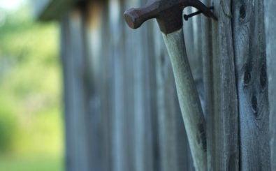 Auch selbstständige Solo-Handwerker müssen die Ausbildungsumlage zahlen. Ein Grund, den Hammer an den Nagel zu hängen? Foto: Hammer | CC BY 2.0 | Jerry Swiatek / flickr.com