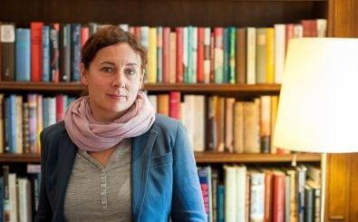 Literatinnen fotografiert man vor der Bücherwand, Juli Zeh droppt im Interview einen literarischen Klassiker. | Foto: Yannic Hannebohn.