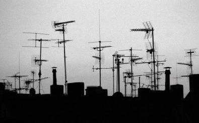 Eine neue Antenne braucht man nicht, um den neuen Standard DVB-T2 zu empfangen, aber einen neuen Receiver. Foto: Antennen 1 (Westend) CC BY-SA 2.0 | Martin Fisch / flickr.com