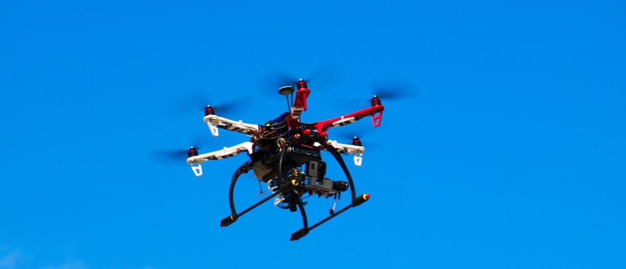 Dürfen Hexacopter bald nur noch 100 Meter hoch fliegen? Foto: Drohne /credits: CC BY 2.0 | Fabian Horst / flickr.com