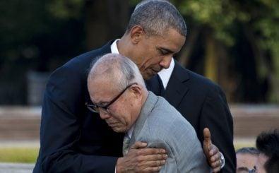 Obama umarmt einen der Überlebenden von Hiroshima. Foto: Jim Watson | AFP.
