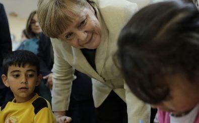 Auch wenn sie nicht viel haben, ihre Namen bringen Flüchtlinge mit nach Deutschland: Bundeskanzlerin Angela Merkel in einem Flüchtlingscamp an der syrisch-türkischen Grenze. Foto:  AFP