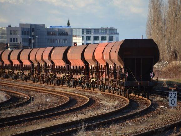 Geht es nach der Umweltbundesamt-Studie, dann werden zukünftig mehr Güter mit der Bahn und elektronisch betriebenen Schienen-Lkws transportiert.