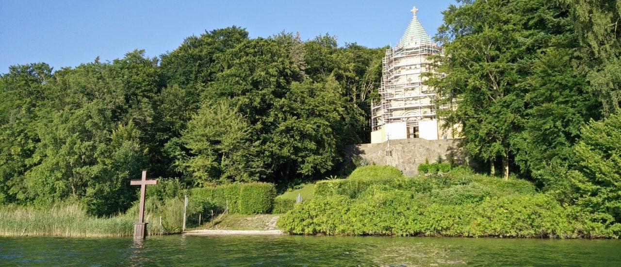Die Votivkapelle am Starnberger See mit dem dazugehörigen Gedenkkreuz. Foto: Votivkapelle Berg Starnberger See CC BY-SA 2.0 | Danny Korpan / flickr.com