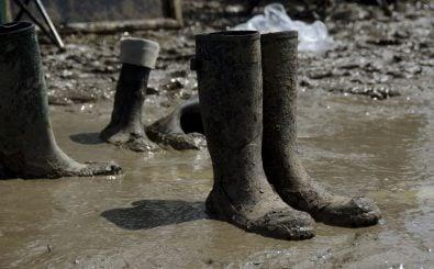 Starker Regen und etwa 80 Verletzte durch einen Blitzeinschlag – das Festival Rock am Ring ist deswegen vorzeitig abgesagt worden. Foto: Abandoned wellies | CC BY 2.0 | Rachel Docherty / flickr.com.