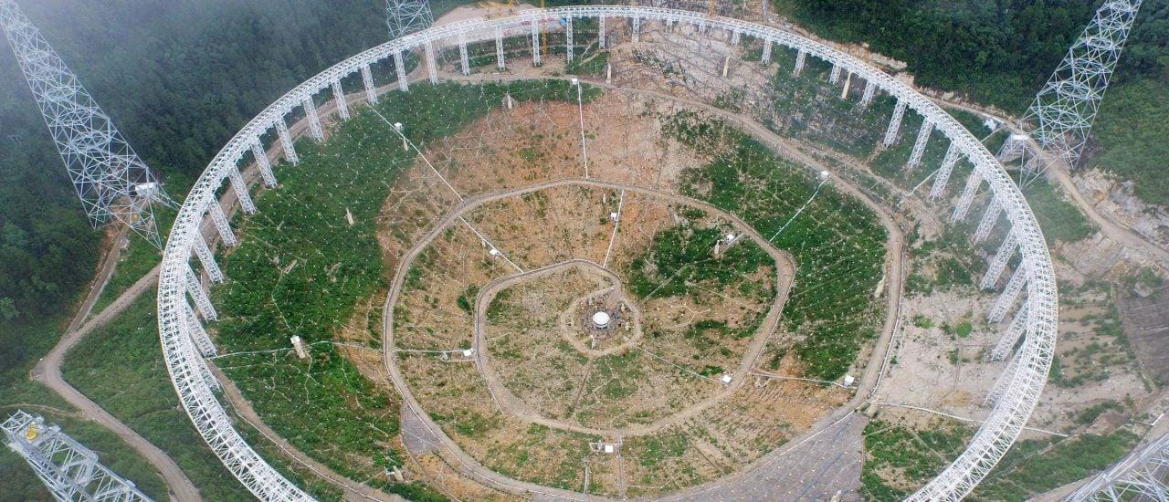 Ein Blick auf die Baustelle des Radioteleskops. Die Fläche entspricht ca. 30 Fußballfeldern. Foto: China Out | AFP
