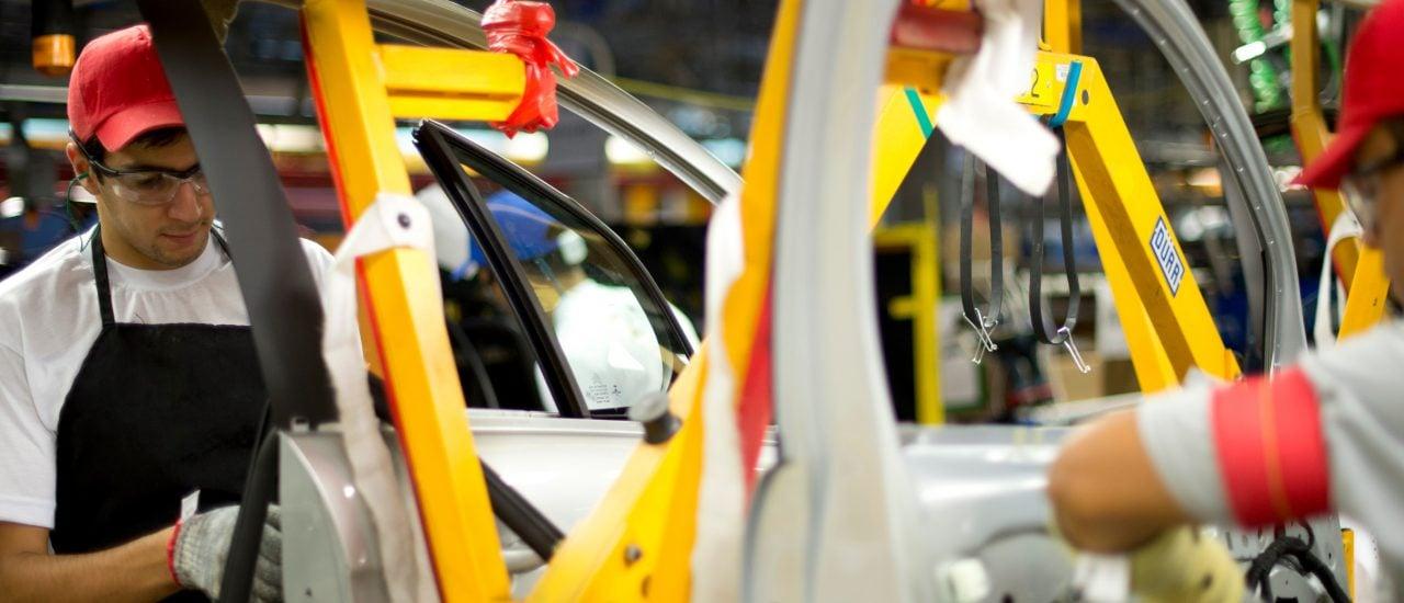 Arbeiter in der Autoindustrie – ohne Ausbildung geht kaum was. Foto: Christophe Simon | AFP