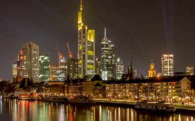 Deutsche Mainromantik meets moderne Wolkenkratzer – die Skyline von Frankfurt am Main. Foto: Frankfurt at night |  CC BY 2.0 | Carsten Frenzl / Flickr