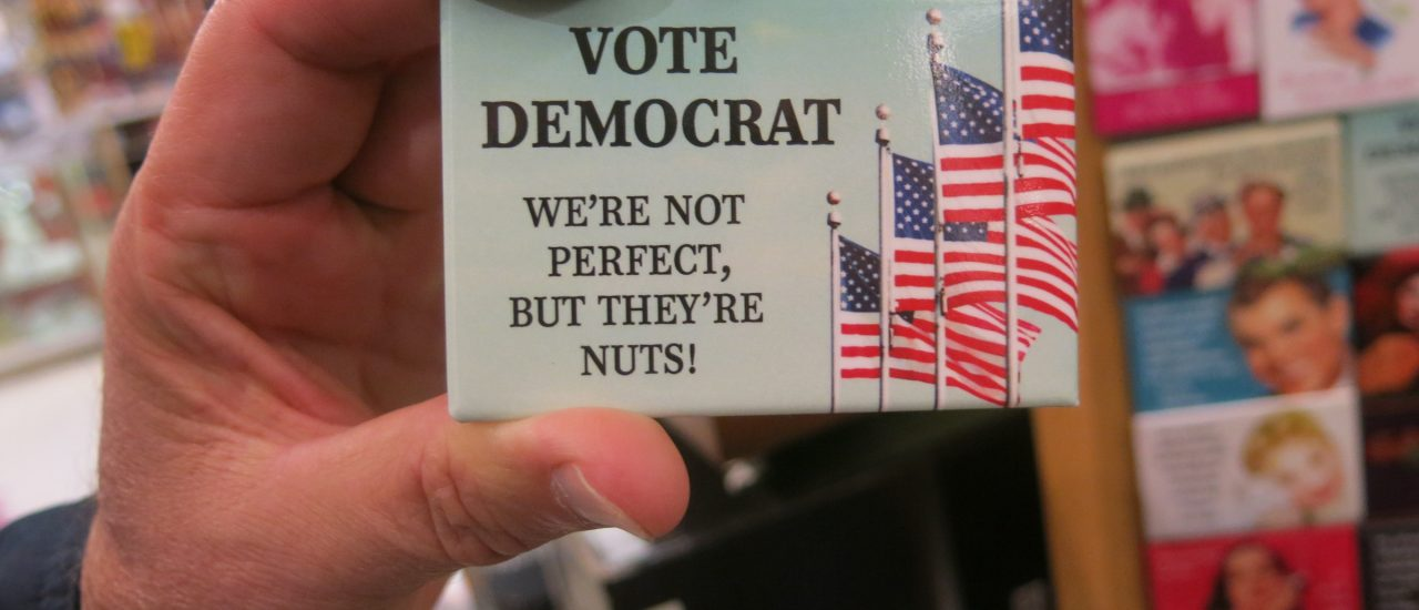 "Die Demokraten sollte man wählen, weil man keine bessere Option hat. Foto: VOTE DEMOCRAT ""we're not perfect, but they're nuts!!"" — magnet politicks — castro living, scott richard 