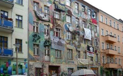 Kein ungewöhnliches Bild in der Rigaer Straße: ein alternatives Hausprojekt zwischen Neubauten. Foto: CC BY-SA 3.0 | Angela M. Arnold | Wikimedia Commons