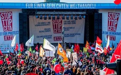 Auch wenn das Urteil in Uruguay einigen Kritikern den Wind aus den Segeln nimmt, ist der Protest gegen TTIP groß – hier in Berlin 2015. Foto: foodwatch, STOP TTIP CETA 10.10.2015 Belin CC BY-SA 2.0 | foodwatch / flickr.com