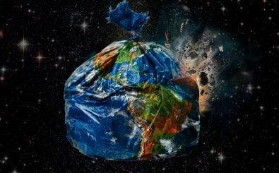 Kann man die Welt bald in die Tonne kloppen? Wir stellen die System-Frage. Foto: Trashed | CC BY 2.0 | Gideon Wright |flickr.com.