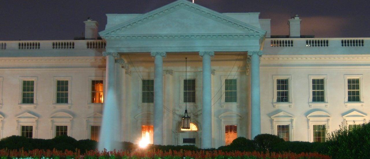 Im Weißen Haus brennt noch Licht: Präsident Obama legt oft Nachtschichten ein. Foto: White House at Night | CC BY 2.0 | Kyle Rush | flickr.com